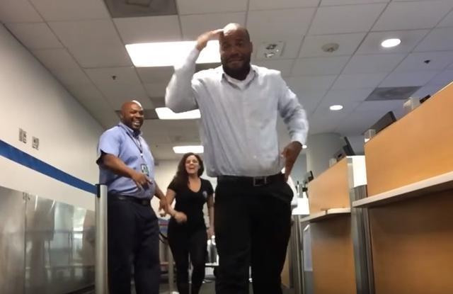 画像: 乗り継ぎ便を逃した女性、深夜の空港でスタッフとダンスをして暇つぶし