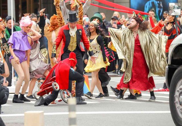 画像5: ヒュー&ザック&ゼンデイヤが横断歩道に突然登場し、必死に演技