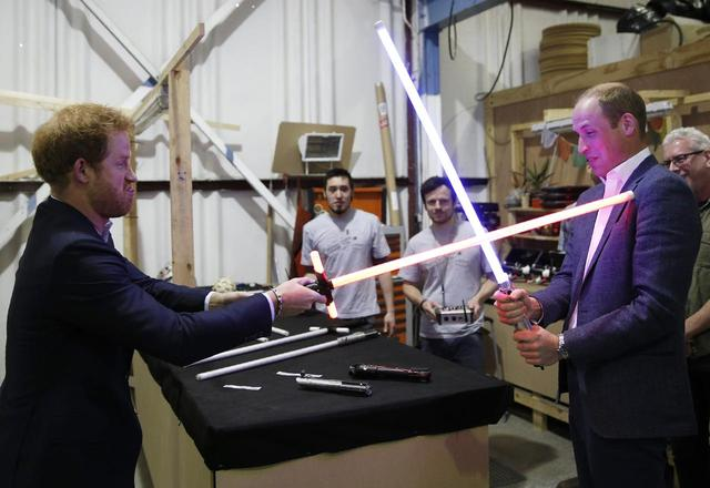 画像: ライトセーバーを手に持ってはしゃぐウィリアム王子とヘンリー王子。