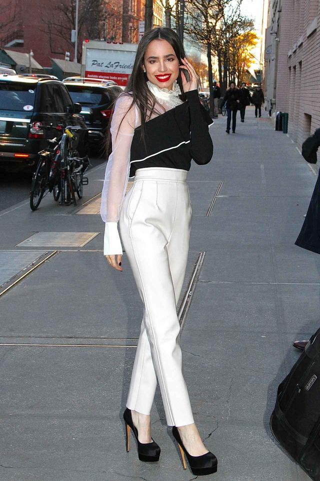 画像2: ディズニー出身24歳注目女優、大人な美脚ファッションに目が釘付け
