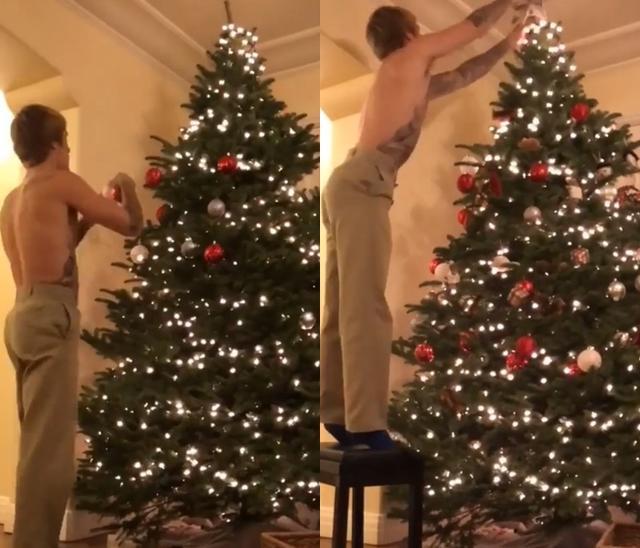 画像: ジャスティン・ビーバー、上半身裸で1人黙々とクリスマスツリーの飾りつけ