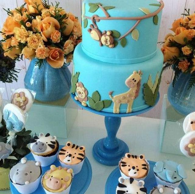 画像: ブルーとイエローをベースにカラーコーディネート。ケーキやカップケーキにもキュートな動物たちのデコレーションが。 Ⓒfloragem