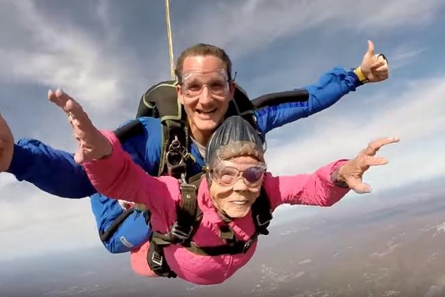 画像3: 94歳のおばあちゃんが誕生日にスカイダイビング「死ぬまでにやりたかった」