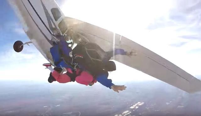 画像2: 94歳のおばあちゃんが誕生日にスカイダイビング「死ぬまでにやりたかった」