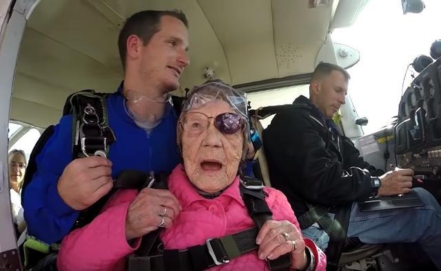 画像1: 94歳のおばあちゃんが誕生日にスカイダイビング「死ぬまでにやりたかった」