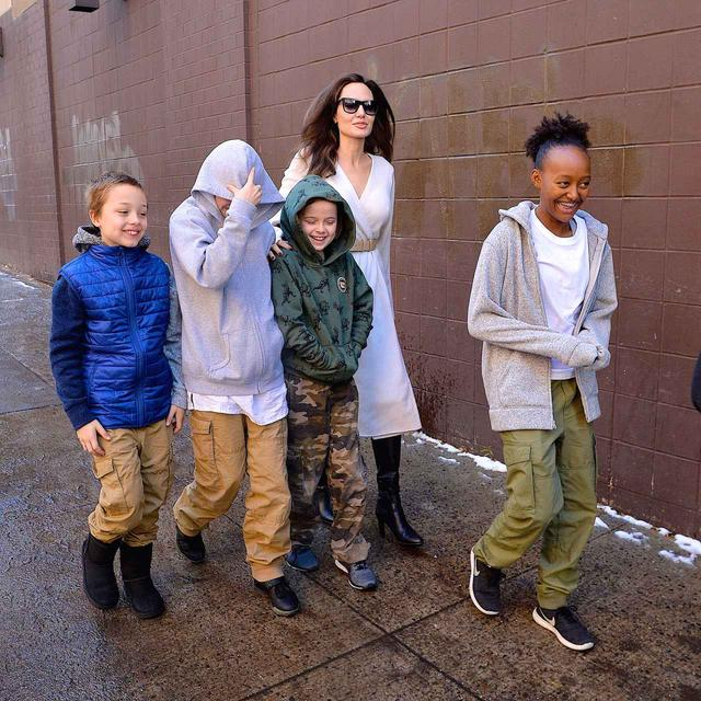 画像: シャイロちゃん(左から2番目)は顔を隠していてわからないが、子供たちはみんな笑顔。