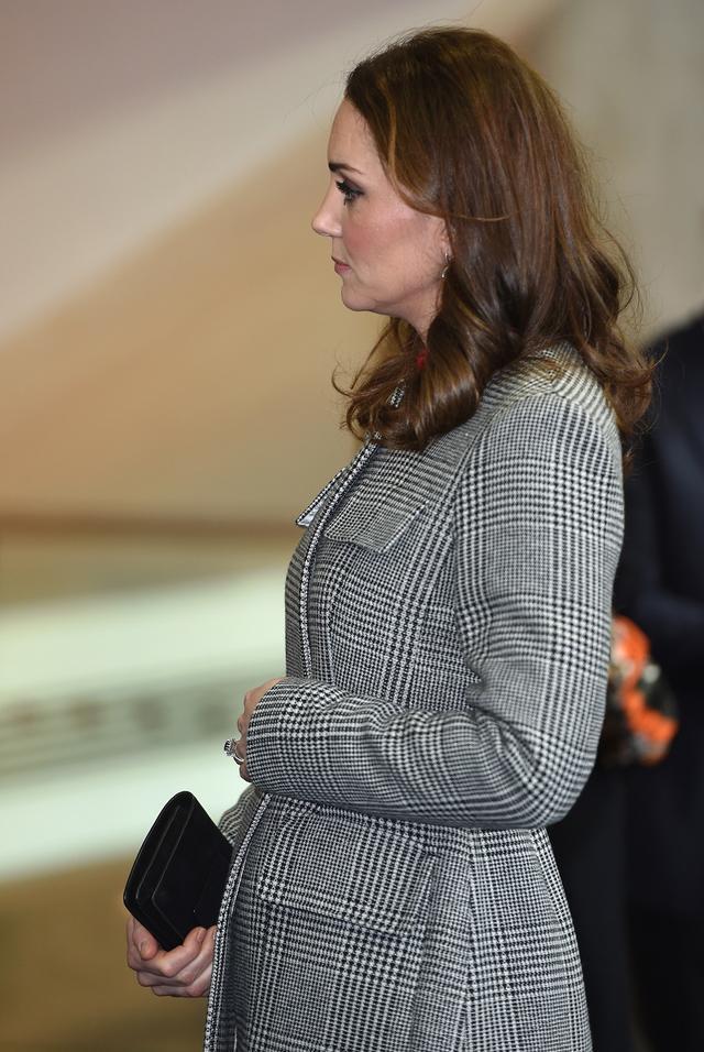 画像: 12月上旬にグローバル・メディア・サミットを訪れたキャサリン妃のお腹はAラインのコートの上からでもわかるほどふっくら。