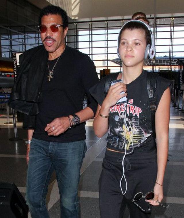 画像: 父ライオネルとLAの空港に降り立ったソフィア。