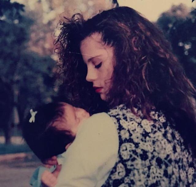 画像: マンディは生まれたばかりのセレーナを抱く若い頃の自身の写真も公開。©Mandy Teefey