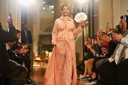 画像: ランウェイの最後に登場したクリエイティブ・ディレクターとして観客から拍手喝采を浴びるリアーナ。