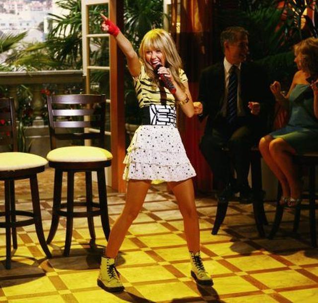 画像: 2006年から2011年まで放送されていた『ハンナ・モンタナ』時代のマイリー。キッズのカリスマとして絶大な人気を誇っていた。