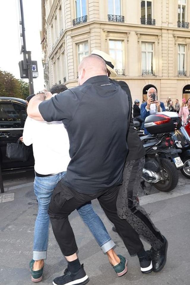 画像: ボディガードと近くにいた別の男性に取り押さえられそうになり、
