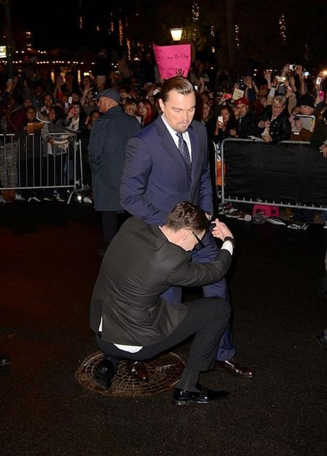 画像: ハリウッドでは悪名高いイタズラ男。2014年にはサンタバーバラ国際映画祭でレオナルド・ディカプリオにガバッ。