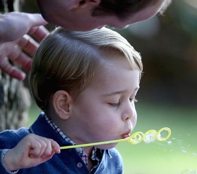 画像: 父親のウィリアム王子に教えてもらいながらシャボン玉にチャレンジ。