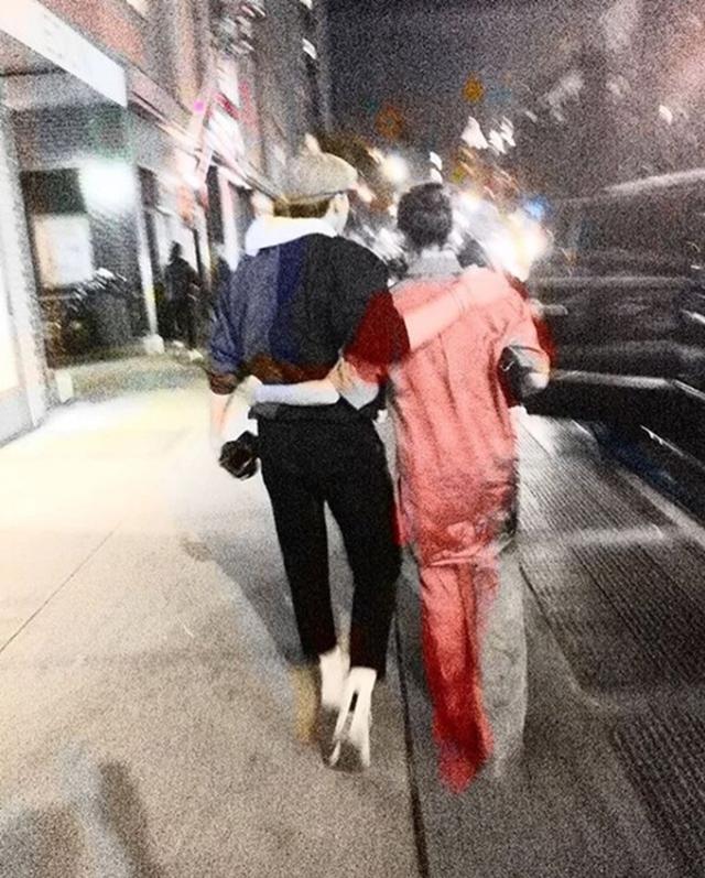 画像: 母ヴィクトリアと肩を組む長男ブルックリン。 Instagram/Brooklyn Beckham
