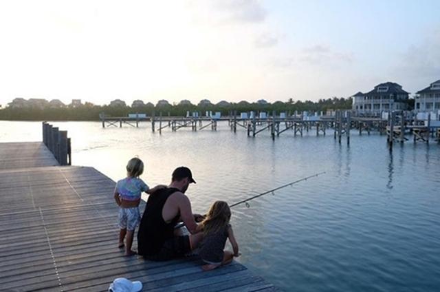 画像: 子どもたちと釣りをしている様子。Instagram/Chris Hemsworth