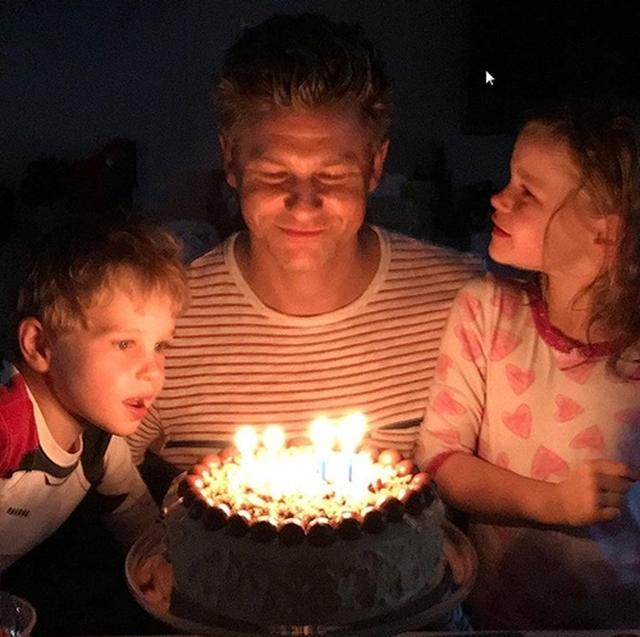 画像: 子どもたちとデヴィッドの誕生日を祝っている。