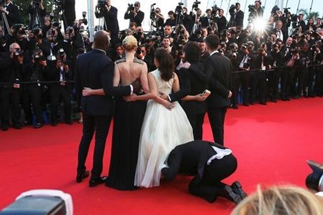 画像: 第67回カンヌ国際映画祭で、ドラマ『アグリー・ベティ』の主演女優アメリカ・フェレーラのスカートの中に潜り込んだことも。