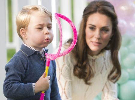 画像: すっかりシャボン玉の魅力に心奪われた王子。母キャサリン妃が見守るなか、さらに大きなシャボン玉作りに挑戦。