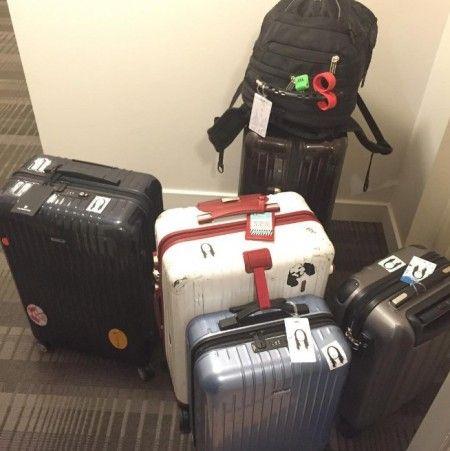 画像: 自分のイラストが描かれたシールを荷物にペタペタ。