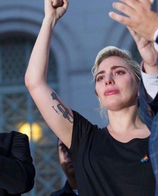 画像: LAの追悼集会ではシンガーのレディー・ガガが涙のスピーチを行った。