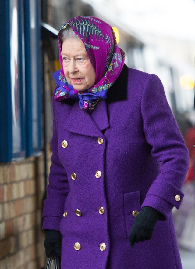 画像3: 激写!英エリザベス女王、一般人と同じ公共交通機関で年末休暇先へ