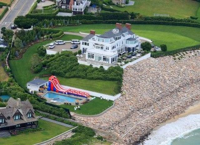 画像: 海辺に建つテイラーの別荘。