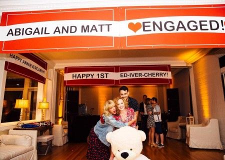 画像: 幼なじみと抱き合うテイラー。背後でキスをする、エドと彼の恋人の交際1周年記念も便乗して行われた。