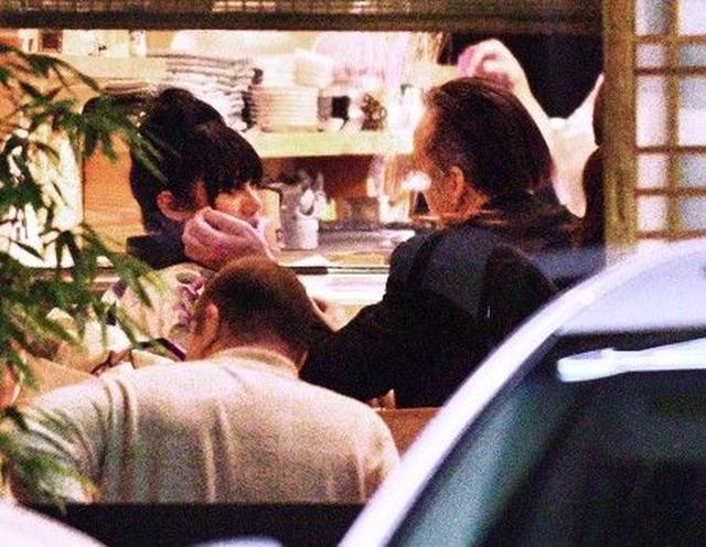 画像3: 【写真入手】アジア人妻と別れたニコラス・ケイジ、着物姿の女性と和食店でキス