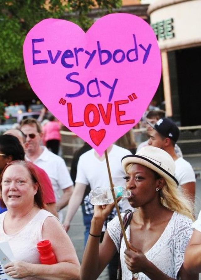 画像: 「みんなで『LOVE』と言おう」―ラスベガスでの追悼集会にて。