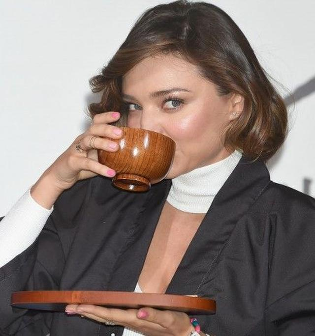 画像: マルコメ味噌のPRイベントで味噌汁を飲むミランダ。