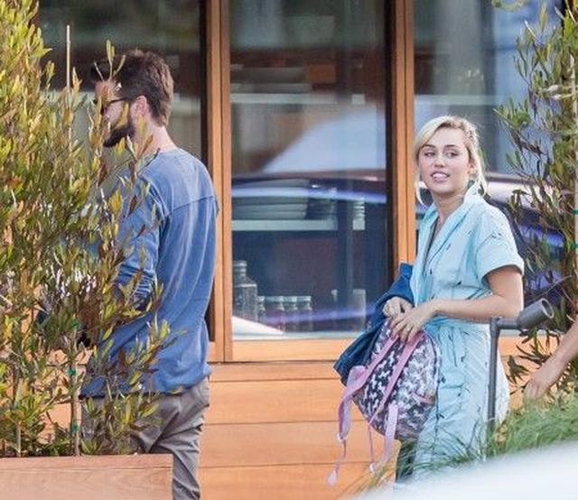 画像: バービーを紹介した次の日、恋人リアムと出かけたマイリー。