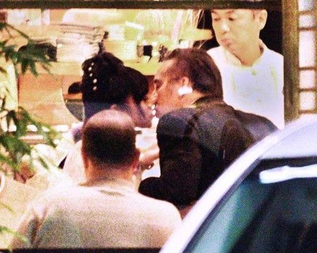 画像2: 【写真入手】アジア人妻と別れたニコラス・ケイジ、着物姿の女性と和食店でキス