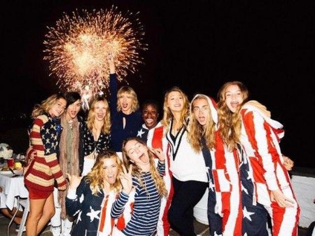 画像: みんなで国旗柄のつなぎを着て。 (写真左から)実業家のハーレー・グスマン、女優ルビー・ローズ、女優のハルストン・セージ、シンガーのレイチェル・プラッテン、テイラー、ミュージシャンのエスティ・ハイム、女優のウゾ・アドゥーバ、女優のブレイク・ライヴリー、モデル兼女優のカーラ・デルヴィーニュ、モデルのジジ・ハディッド。