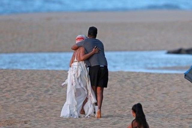 画像: そこにジェイもやってきて、ビヨンセをギュッとハグ。互いの背中に腕をまわして。