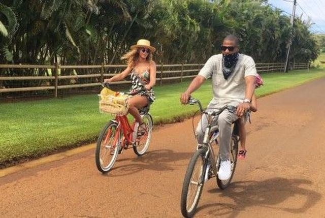 画像: 自転車でハワイを移動し自然を満喫している姿はまさに憧れの家庭像。