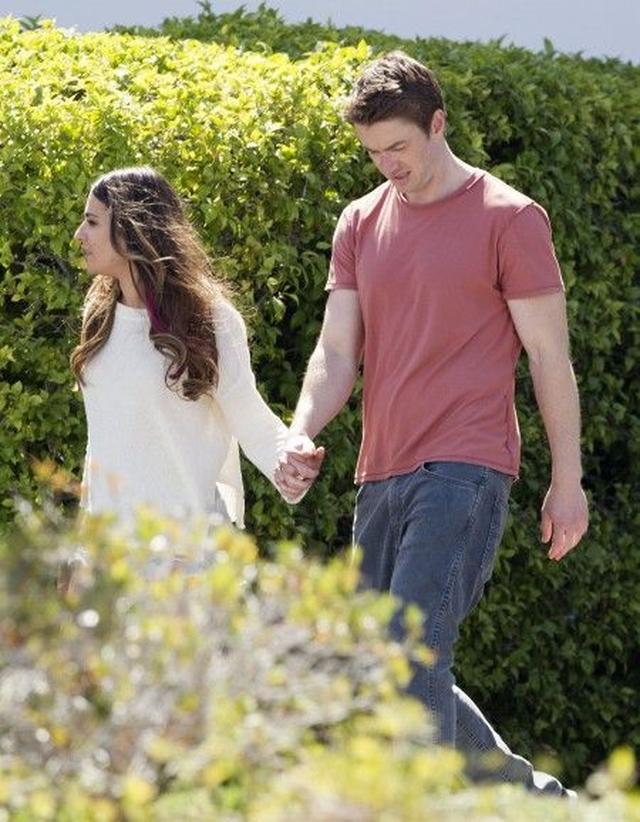 画像: 手をつないで歩くリアとロバート。