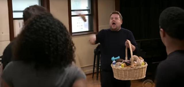 画像: 練習場面ではジェームスが練習中のザック、ゼンデイヤ、ヒューに向かってぬいぐるみなどを投げて指導するシーンも。