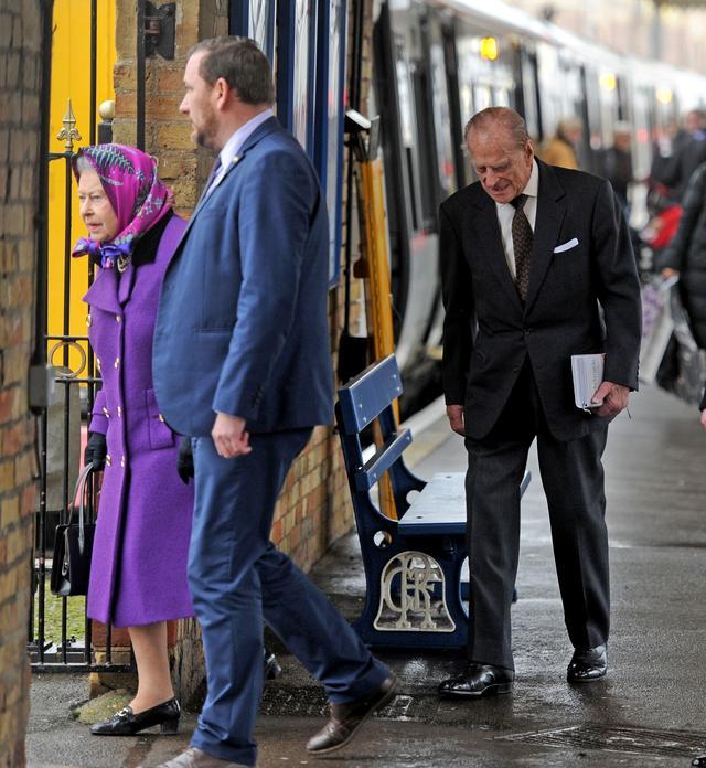 画像4: 激写!英エリザベス女王、一般人と同じ公共交通機関で年末休暇先へ