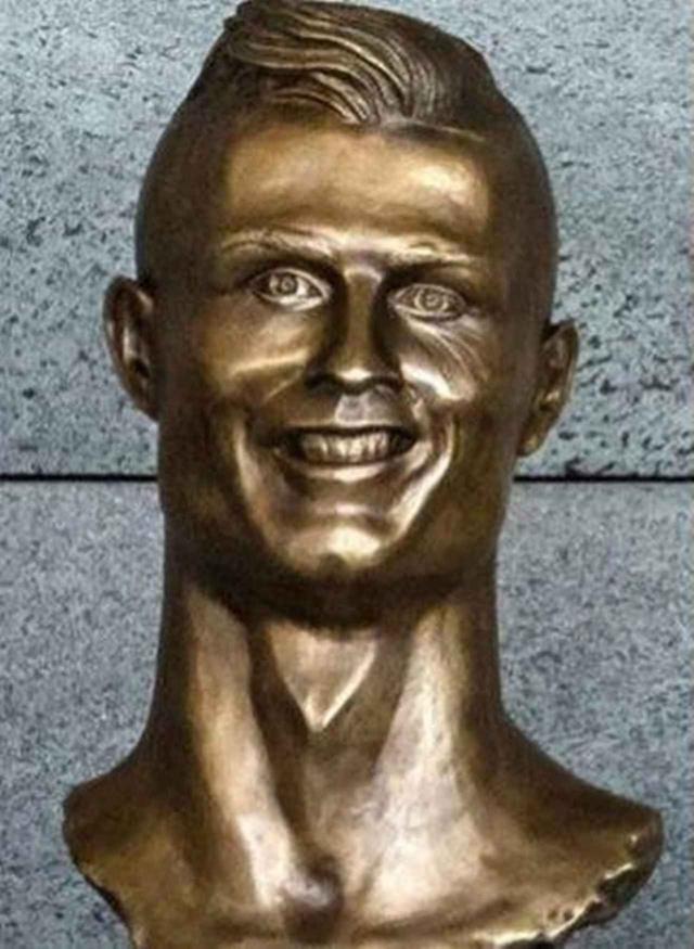 画像1: 酷評されたクリスティアーノ・ロナウド像、新しい銅像の出来栄えは?