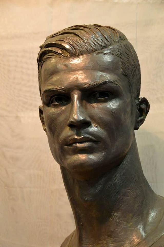 画像2: 酷評されたクリスティアーノ・ロナウド像、新しい銅像の出来栄えは?