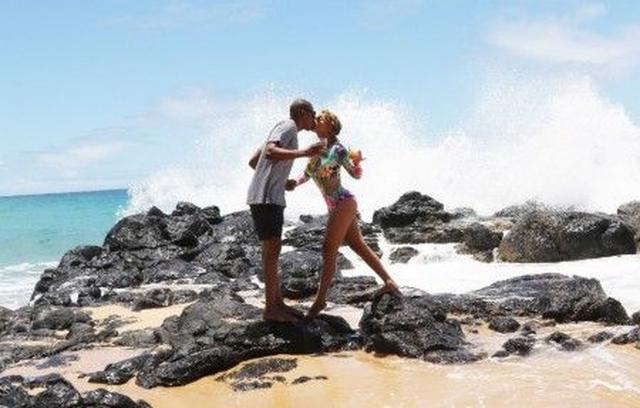 画像: まるで付き合いたてのカップルのような雰囲気の2人。海をバックにカクテルを持ってキス。
