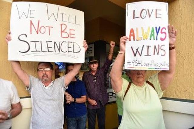 画像: 「愛は必ず勝つ」「我々は黙らない」―南フロリダでの追悼集会にて。