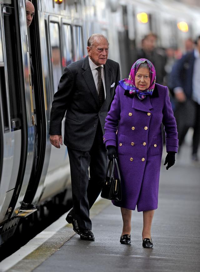 画像2: 激写!英エリザベス女王、一般人と同じ公共交通機関で年末休暇先へ