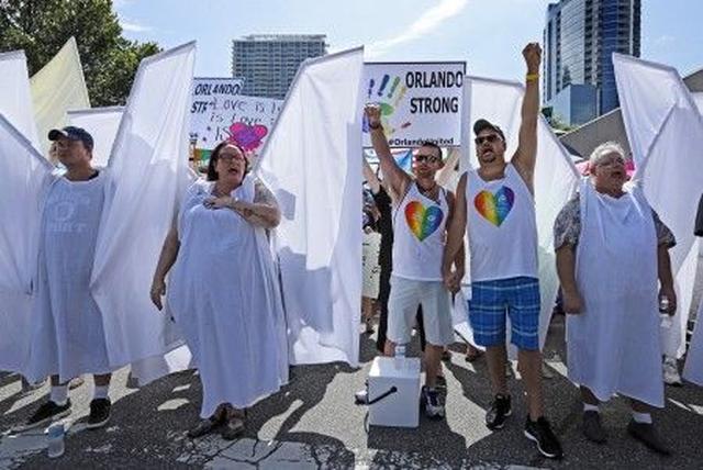 画像: 【深知り】ヘイトデモを「天使の羽」が撃退 世界の反ヘイト活動に共通するある言葉