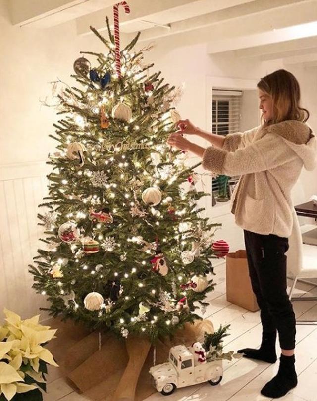 画像: クリスマスツリーの飾りつけをするジジ。 ©instagram/Yolanda Hadid