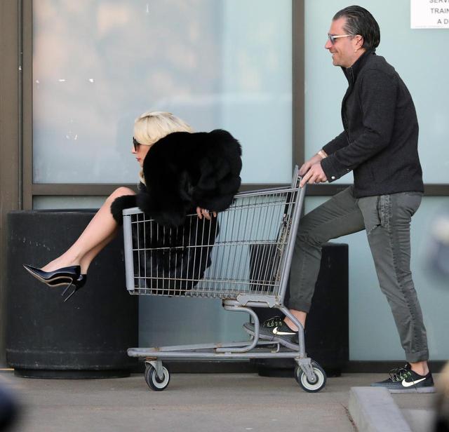 画像6: 交際順調!レディー・ガガが恋人の押すカートにすっぽり