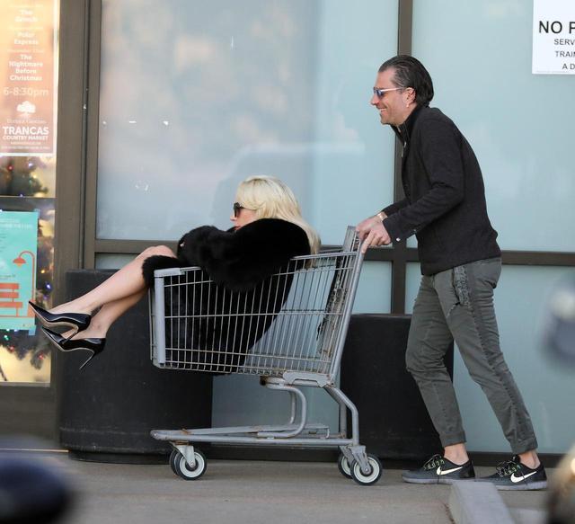 画像7: 交際順調!レディー・ガガが恋人の押すカートにすっぽり