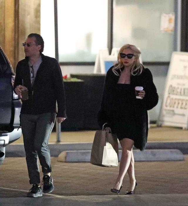 画像1: 交際順調!レディー・ガガが恋人の押すカートにすっぽり