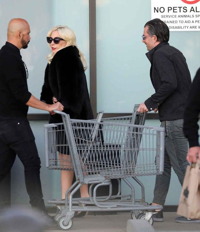 画像2: 交際順調!レディー・ガガが恋人の押すカートにすっぽり